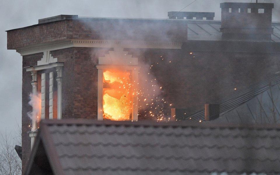 Дом стрелка в Мытищах загорелся после выстрелов силовиков из гранатомета. При штурме здания ранен боец спецназа
