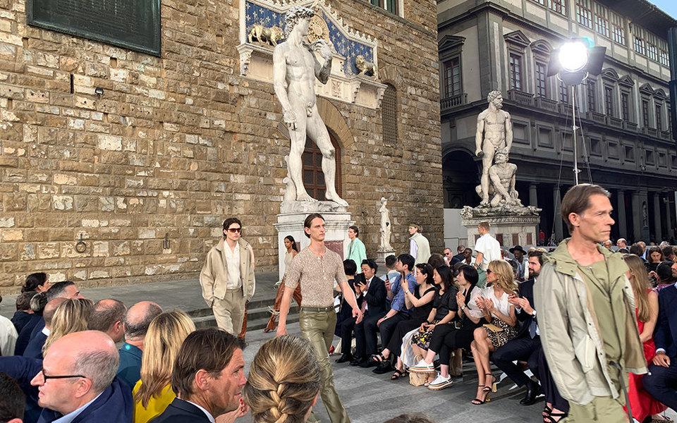 Возвращение народину: как прошел мужской показ Salvatore Ferragamo наплощади Синьории во Флоренции