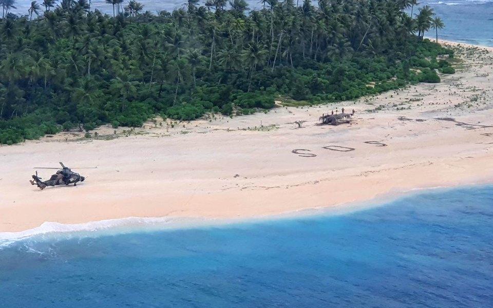 В Тихом океане пропало небольшое судно с тремя моряками. Их нашли на необитаемом острове благодаря надписи SOS на песке