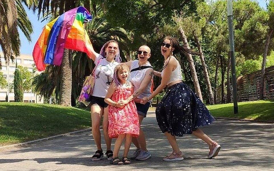 Участницы проекта сети магазинов «Вкусвилл» про ЛГБТ-семью покинули Россию