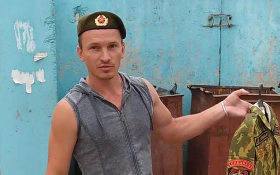 «Я давал присягу своему народу»: всоцсетях появились видео, накоторых называющие себя экс-спецназовцами белорусы избавляются отслужебной формы