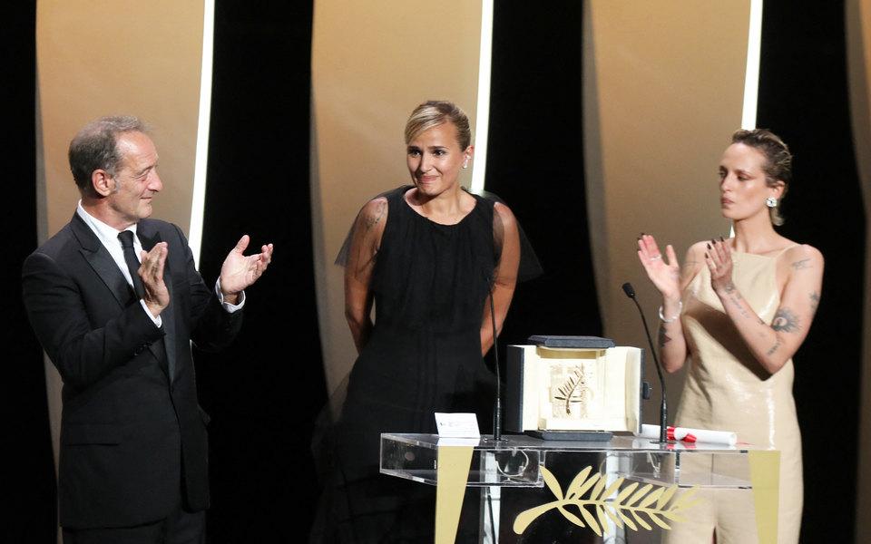 «Золотую пальмовую ветвь» получил хоррор «Титан» Джулии Дюкорно. Глава жюри Спайк Ли случайно проспойлерил победителя всамом начале церемонии