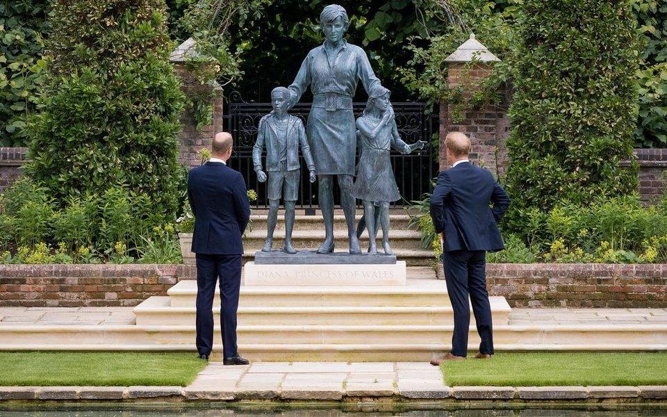 Сыновья принцессы Дианы открыли памятник матери в Кенсингтонских садах на западе Лондона