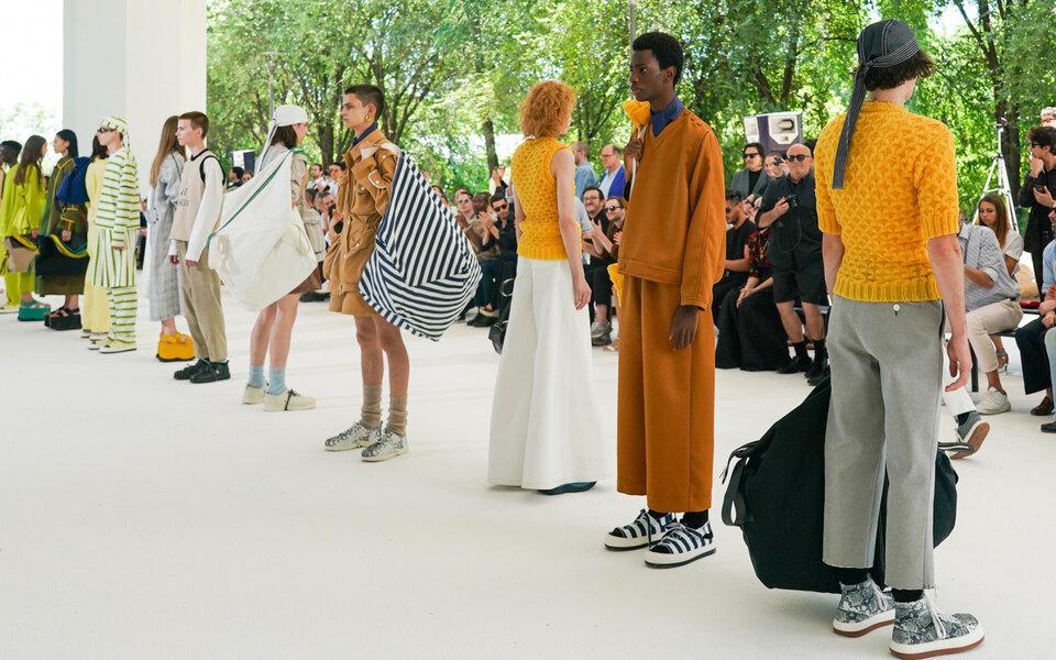 Появилось расписание миланской недели мужской моды, которая пройдет онлайн. Там нетнекоторых ключевых участников
