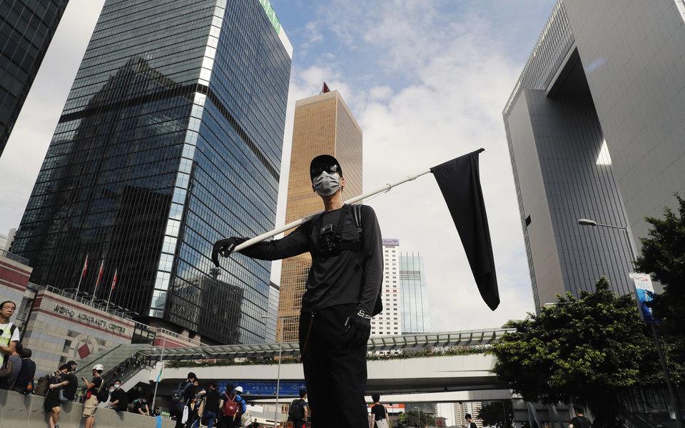 В Гонконге протестующие пытались прорваться вздание парламента. Полиция применила слезоточивый газ