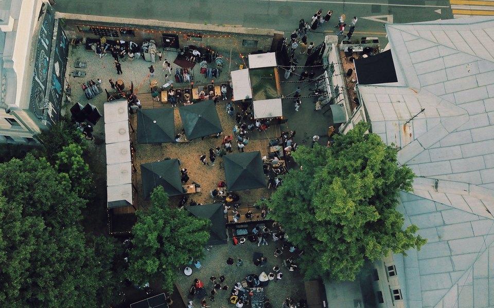 Инструкция поприменению: концертная площадка, 2 бара, музыкальный лейбл идолгожданное открытие веранды Powerhouse Moscow