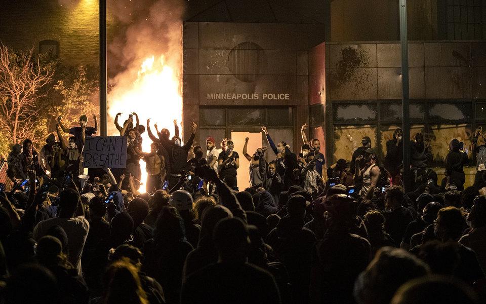 Поджог полицейского участника в Миннеаполисе.