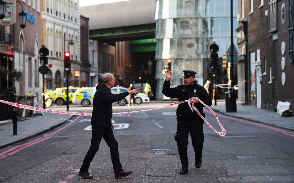 В Лондоне мужчина сножом напал напрохожих. Есть пострадавшие