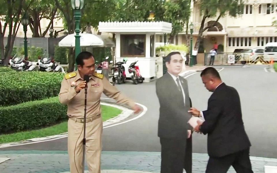 Премьер-министр Таиланда предложил журналистам пообщаться со своим картонным двойником
