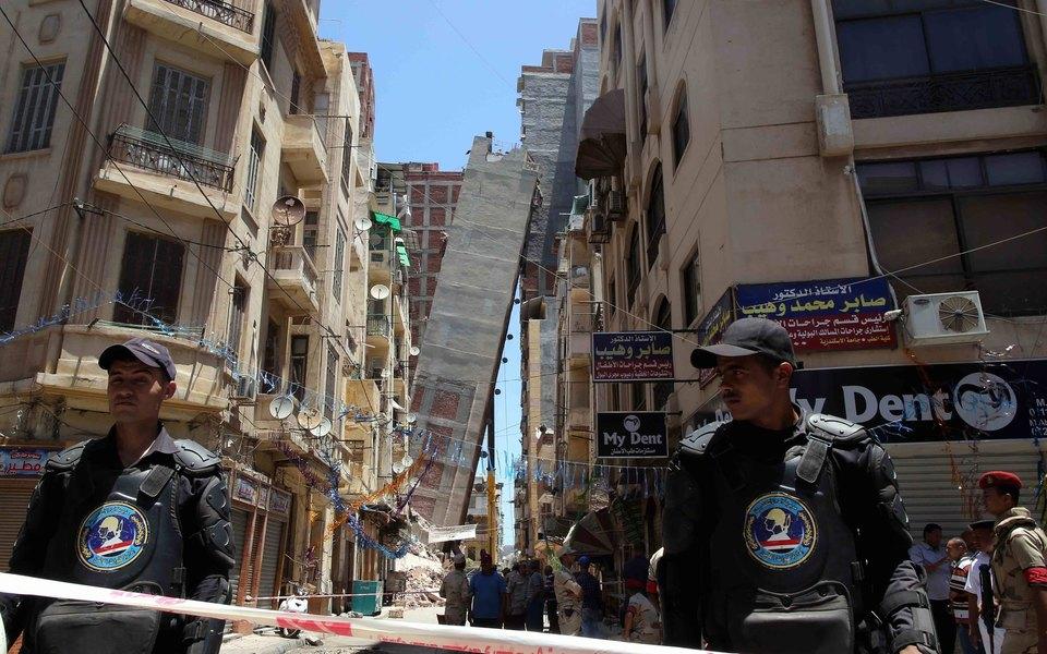 В Египте построили здание в13 этажей вместо разрешенных четырех. Оно рухнуло.