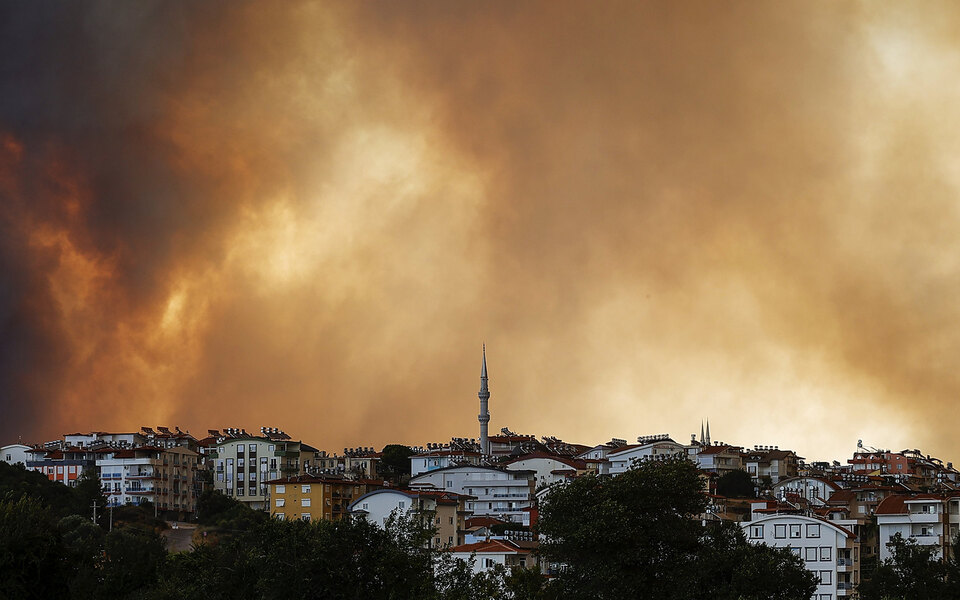 В турецком Мармарисе из-за лесных пожаров начали эвакуировать отели