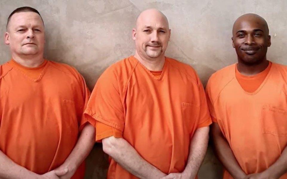 В США трое заключенных спасли охранника, когда тот перенес сердечный приступ