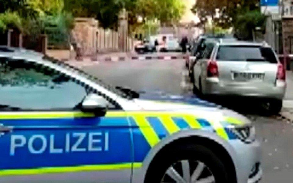 Полицейские машины возле места преступления