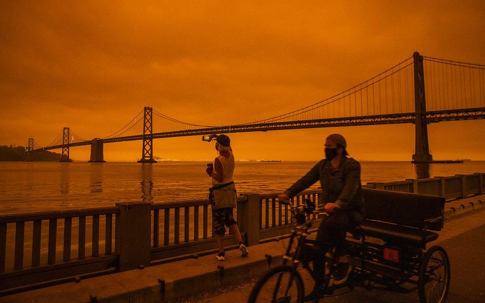 Калифорнию охватили пожары. Небо стало оранжевым — выглядит как декорация к«Бегущему полезвию» (или сцены Апокалипсиса)