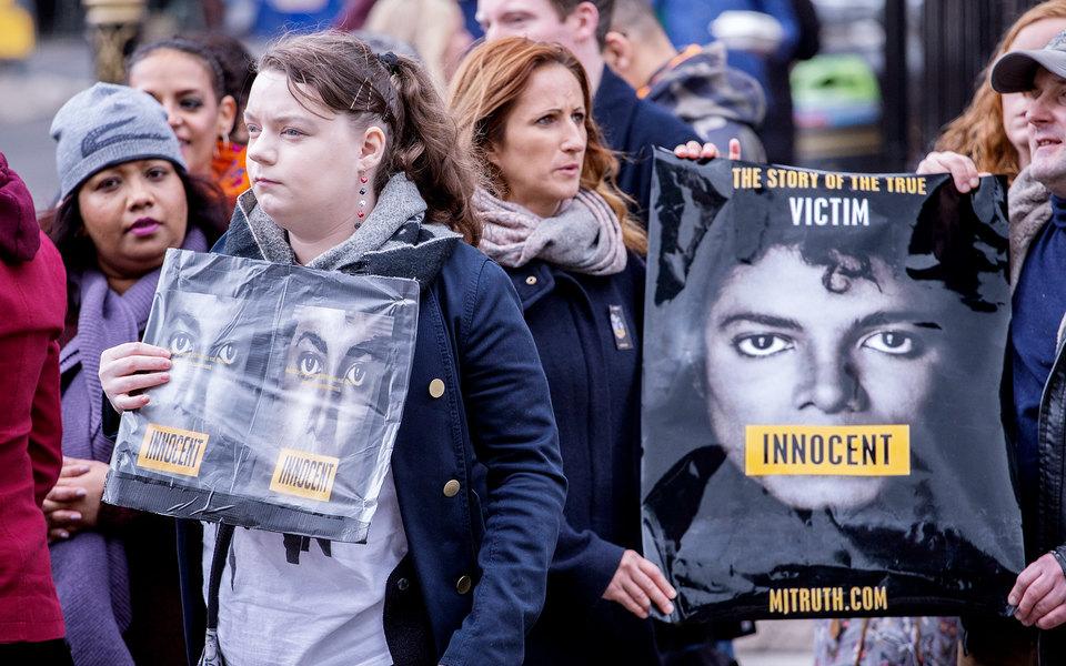 Фанаты Майкла Джексона устроили протест возле офиса телеканала Channel 4 вЛондоне