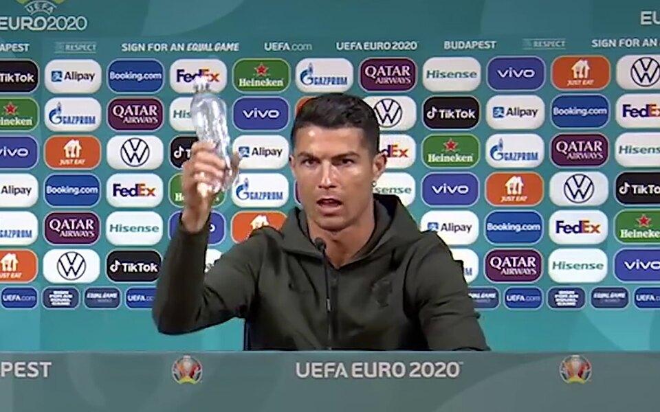 ЕФА потребовал от футболистов не убирать напитки спонсоров на пресс-конференциях Евро-2020