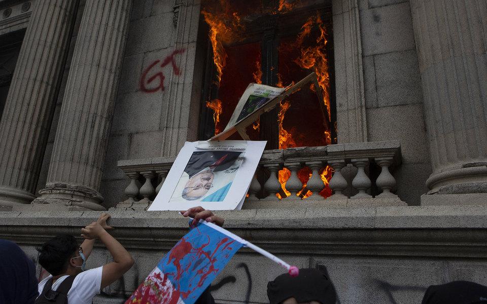 В Гватемале сократили расходы на здравоохранение и образование, при этом увеличив затраты на питание членов конгресса. Жители подожгли парламент